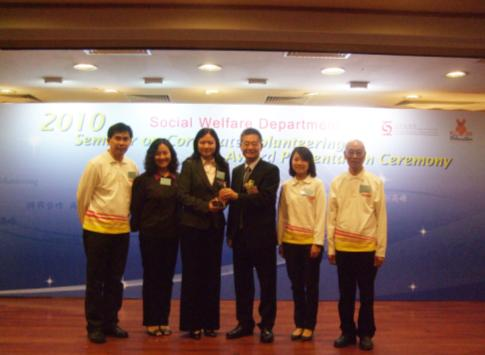 "Ms. Winnie Ho, KMB Corporate Affairs Director (third from the left), and representatives of  ""FRIENDS OF KMB"" received the award from Mr Cheung Hing-wah, BBS, Deputy Director of Social Welfare (Services) (third from the right)"