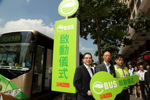 Secretary for the Environment Mr. Wong Kam Sing (middle) and KMB Managing Director Mr. Edmond Ho (left) launched KMB's first eBus into service.
