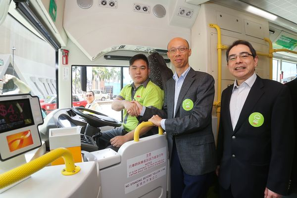 Secretary for the Environment Mr. Wong Kam Sing (left) and KMB Managing Director Mr. Edmond Ho (right) inside the eBus compartment.
