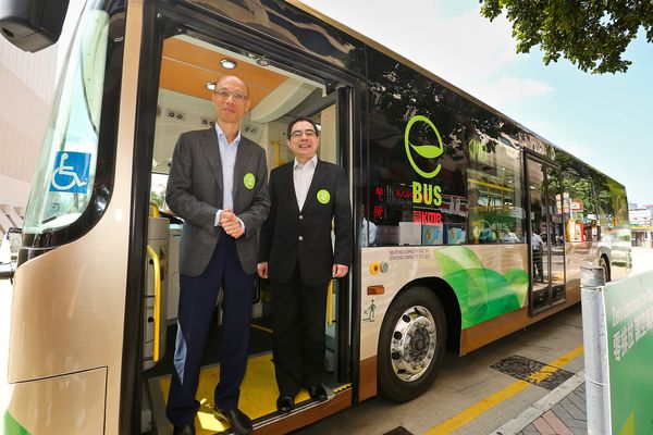 Secretary for the Environment Mr. Wong Kam Sing (left) and KMB Managing Director Mr. Edmond Ho (right) experienced the zero-emission eBus.